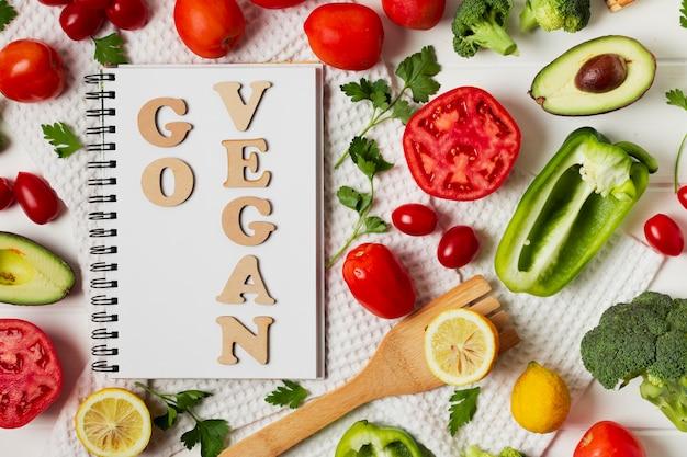 Vue de dessus avec légumes et cahier
