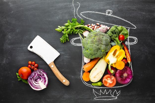 Vue de dessus des légumes colorés sur le pot de craie