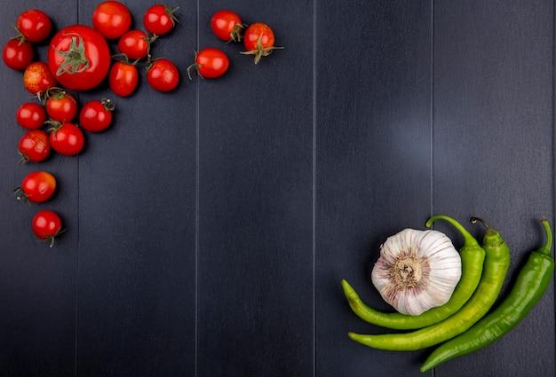 Vue de dessus des légumes comme tomate ail poivron sur surface noire