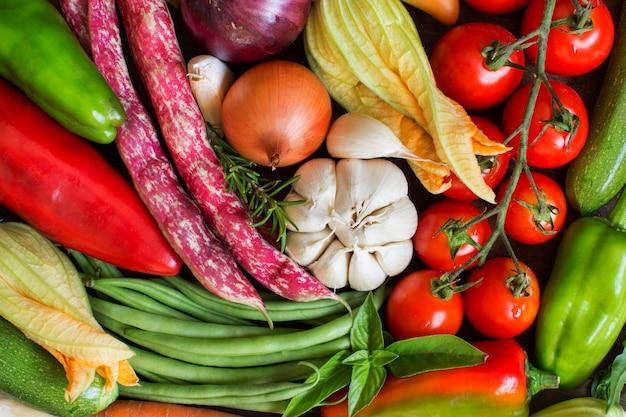 Vue de dessus de légumes crus frais