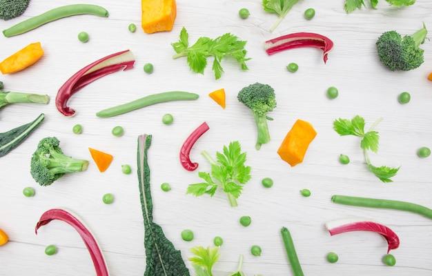 Vue de dessus des légumes divers et colorés isolés