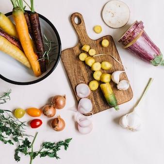 Vue de dessus de légumes sur fond blanc