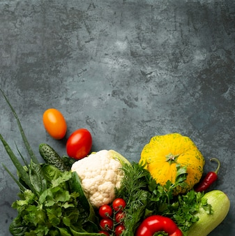 Vue de dessus des légumes sur fond de stuc