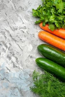 Vue de dessus des légumes frais sur une assiette ovale sur fond sombre