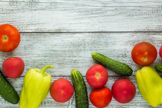 Vue de dessus des légumes frais et des épices sur une table en bois clair