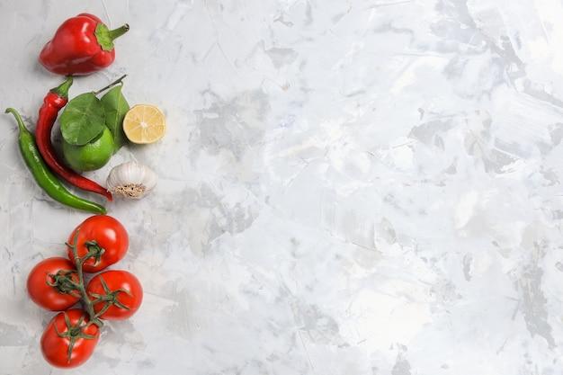 Vue de dessus des légumes frais sur fond blanc
