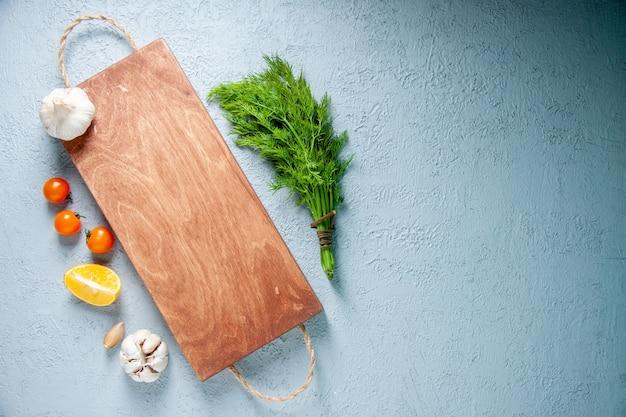 Vue de dessus des légumes frais sur un fond clair nourriture légumes salade plante couleur de repas