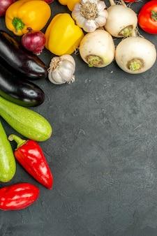 Vue de dessus des légumes frais sur fond sombre