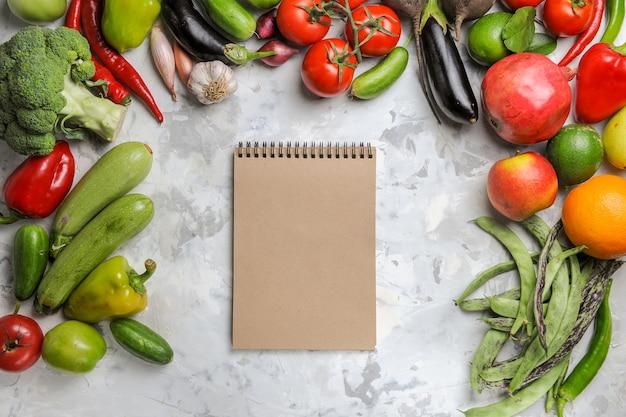 Vue de dessus des légumes frais avec des fruits sur fond blanc
