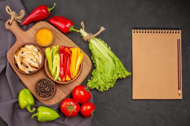 Vue De Dessus Des Légumes Frais Mûrs Sur Fond Noir Photo gratuit
