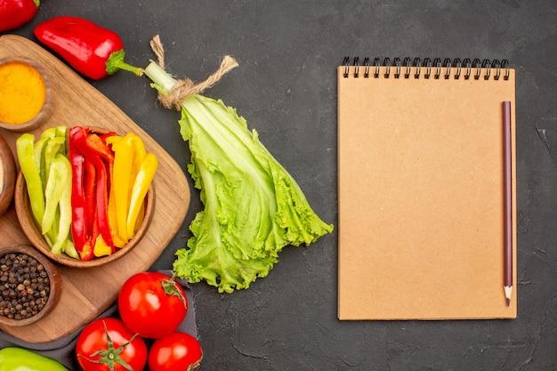 Vue de dessus des légumes frais mûrs sur fond noir