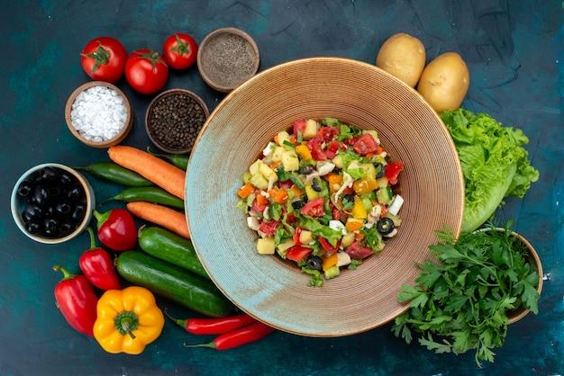 Vue de dessus légumes frais avec salade de légumes verts sur le bureau bleu déjeuner salade collation légumes