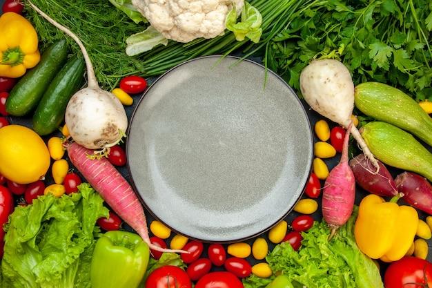 Vue De Dessus Légumes Frais Tomates Cerises Laitue Cumcuat Aneth Poivron Jaune Courgette Concombre Photo gratuit