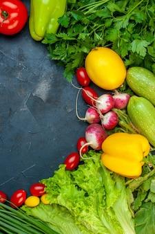 Vue De Dessus Légumes Frais Tomates Courgettes Radis Citron Persil Tomates Cerises Laitue Sur Une Surface Sombre Avec Un Espace Libre Photo gratuit