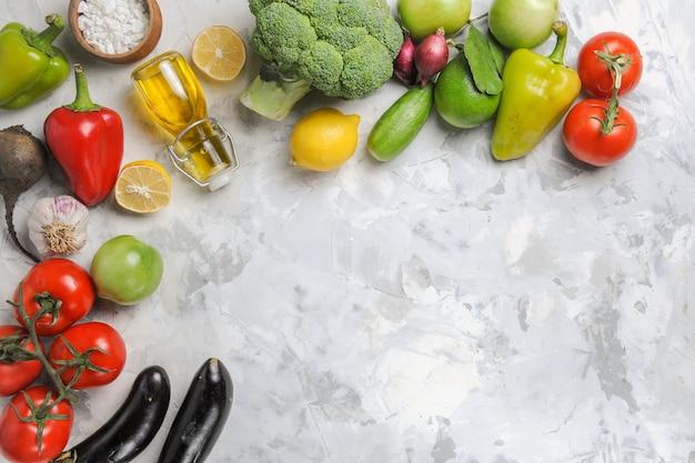Vue de dessus légumes mûrs frais sur fond blanc