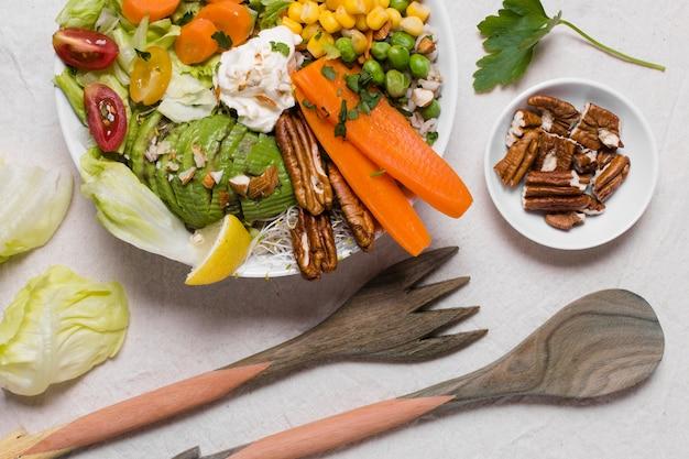 Vue de dessus des légumes et des noix