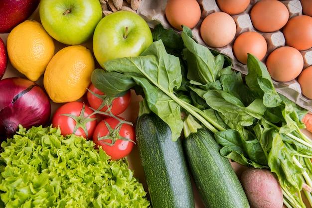 Vue de dessus des légumes et des œufs