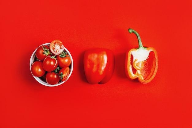 Vue de dessus des légumes poivrons rouges et tomates cerises dans un bol