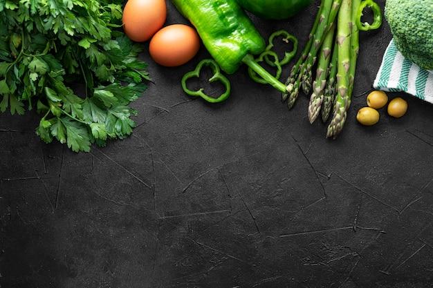 Vue de dessus des légumes pour la pizza