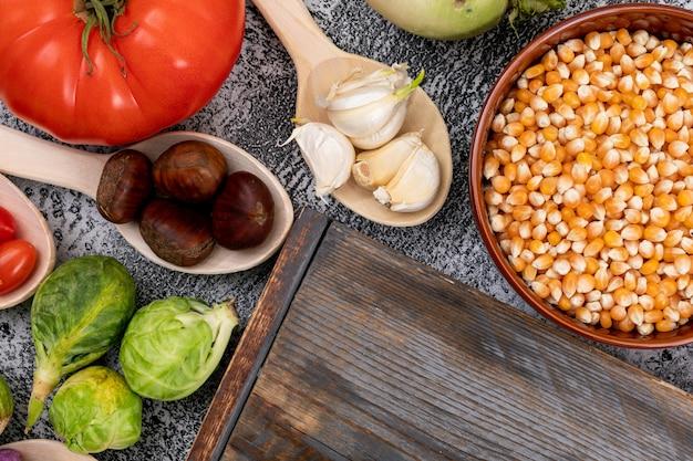 Vue de dessus des légumes prêts pour la salade sur la table de la cuisine