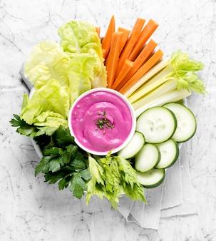 Vue de dessus des légumes et de la sauce rose sur la plaque