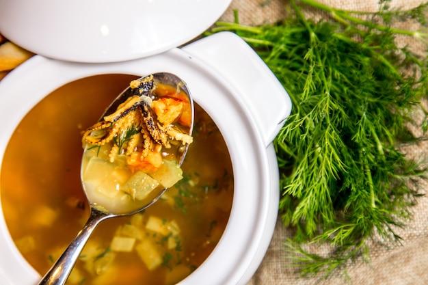 Vue de dessus de légumes soupe calamars