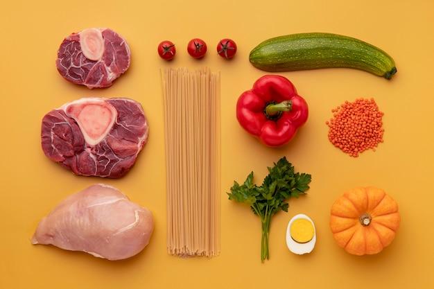 Vue de dessus des légumes, des spaghettis et de la viande