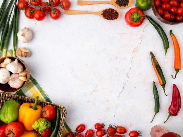 Vue de dessus des légumes sur une surface blanche