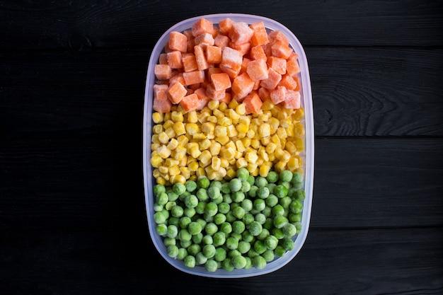 Vue de dessus des légumes surgelés dans la boîte