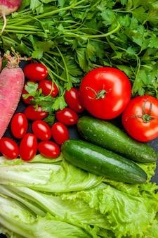 Vue de dessus légumes tomates cerises concombres laitue radis persil tomates