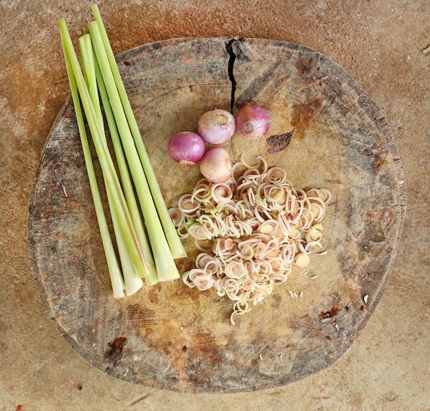 Vue de dessus des légumes en tranches sur un bloc de bois.