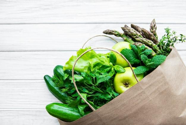Vue de dessus des légumes verts dans un sac à provisions
