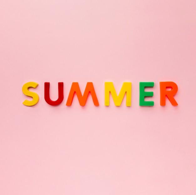 Vue de dessus lettrage d'été coloré