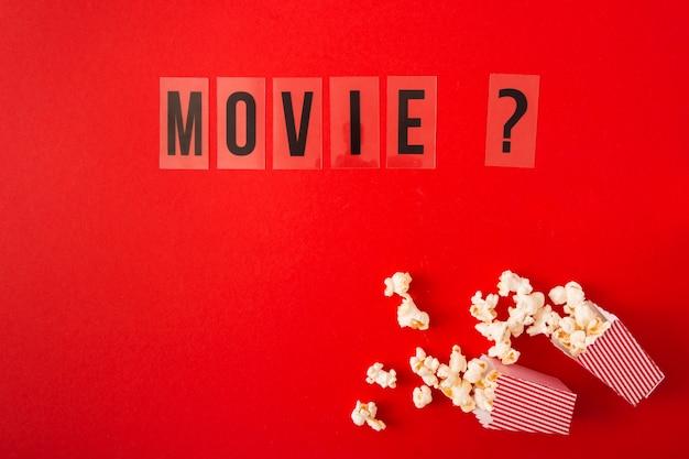 Vue de dessus lettrage de film sur fond rouge avec espace de copie