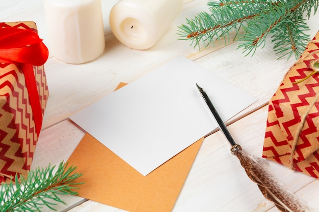 Vue de dessus de la lettre de noël écrit sur du papier jaune sur du bois avec des décorations