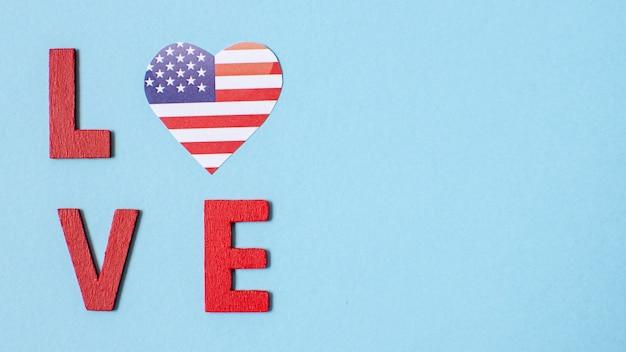 Vue de dessus des lettres d'amour avec coeur de drapeau américain et copie-espace