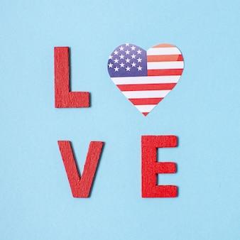 Vue de dessus des lettres d'amour avec le coeur du drapeau américain