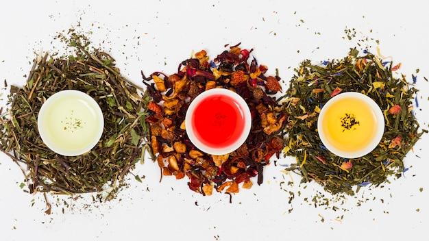 Vue de dessus ligne de tasses à thé