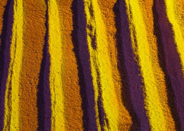 Vue de dessus des lignes de sable dorées parallèles