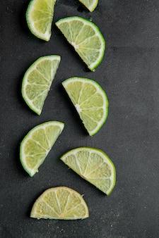 Vue de dessus de limes en tranches sur une surface noire