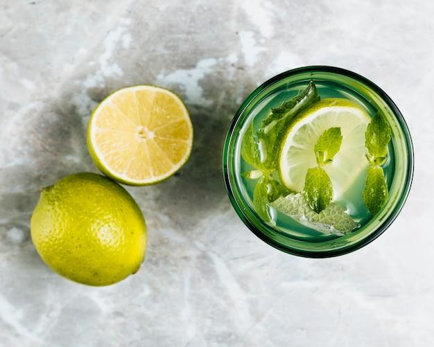 Vue de dessus de limonade sur fond mable