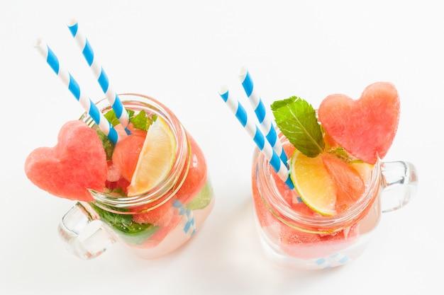 Vue de dessus de la limonade de melon d'eau dans des bocaux en verre à la menthe