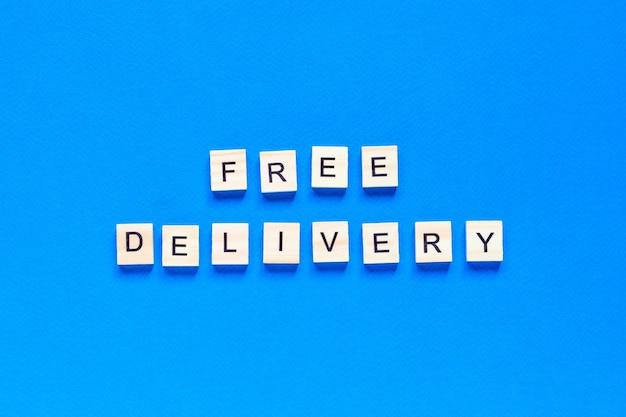 Vue de dessus livraison gratuite écrite avec des lettres en bois
