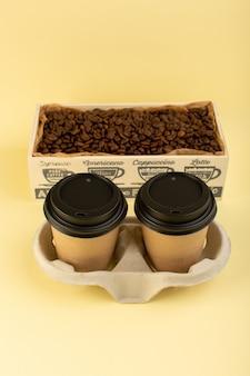 Une vue de dessus de la livraison de tasses à café en plastique paire de café