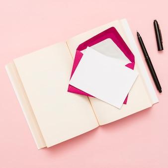 Vue de dessus d'un livre ouvert et enveloppe