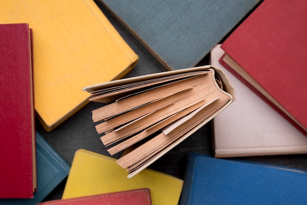 Vue de dessus des livres cartonnés avec un au milieu
