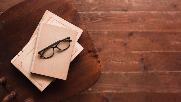 Vue de dessus des livres et des lunettes
