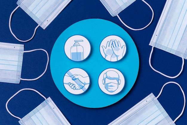Vue de dessus des logos de mesures de sécurité avec des masques médicaux