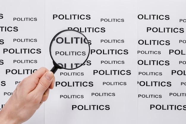 Vue de dessus de la loupe avec la politique