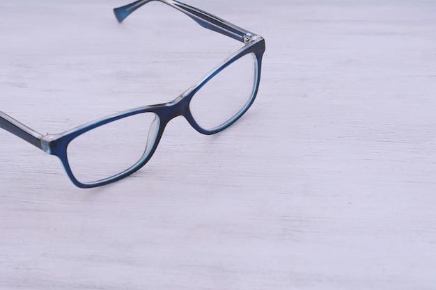 Vue de dessus des lunettes bleues
